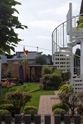 Ein Garten in Eggersheim mit deutscher Flagge