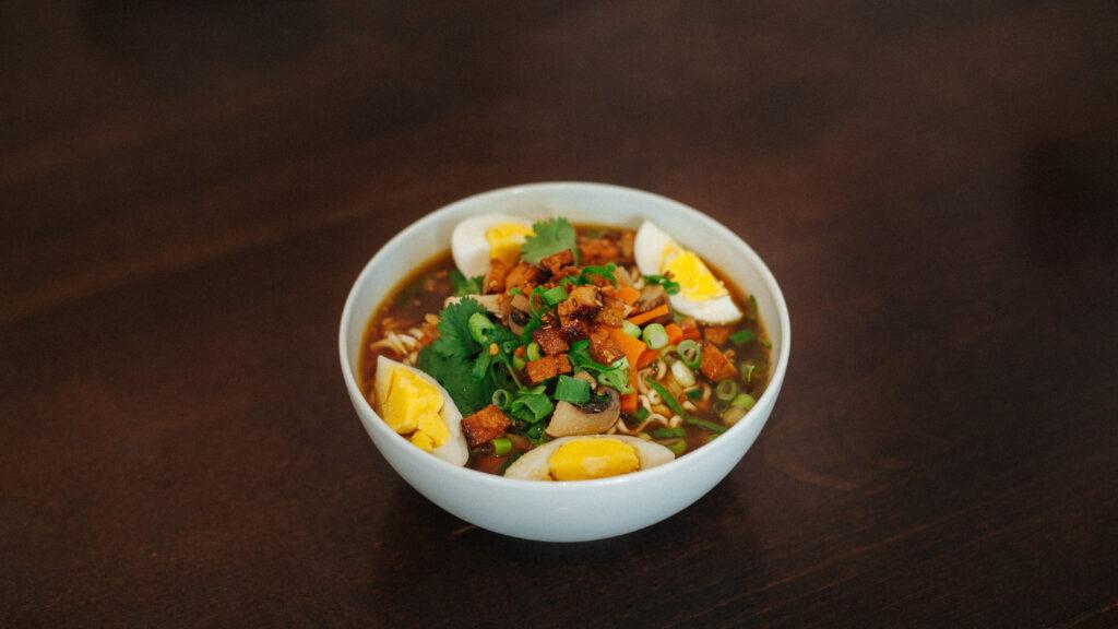 Miso Suppe mit Räuchertofu aus der Serie Künstler:innenküche von Daniel Werberruß